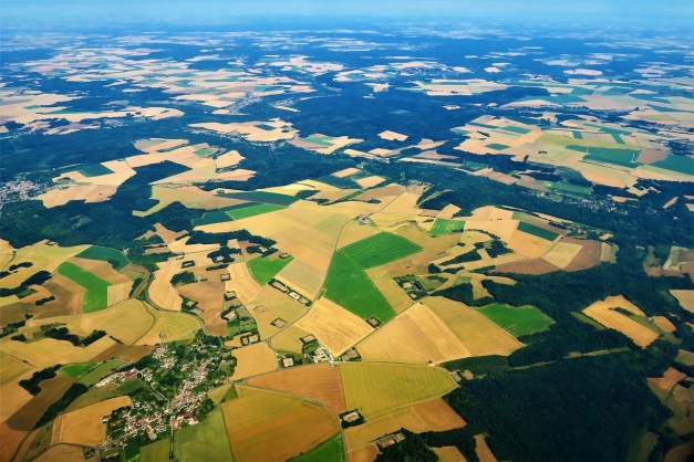 Paysage aérien parcelles agricoles