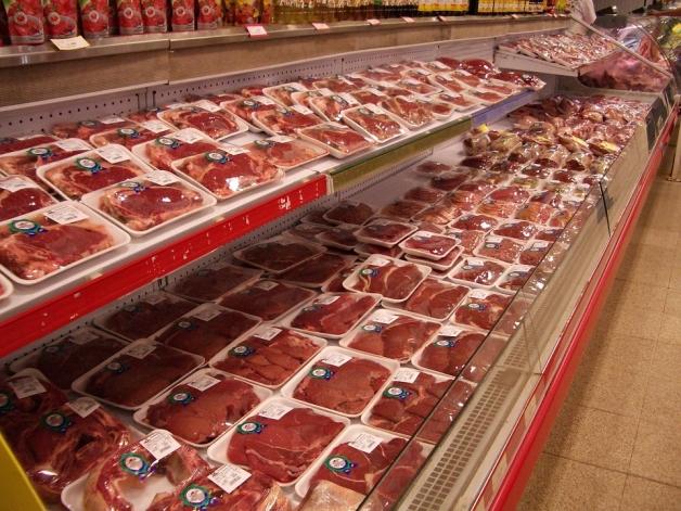 rayon de viande rouge en supermarché