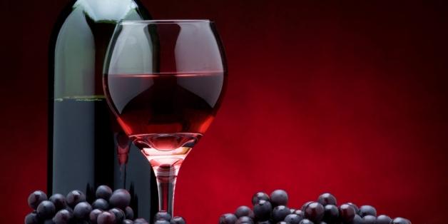 photo de bouteille de vin et grappe de raisin