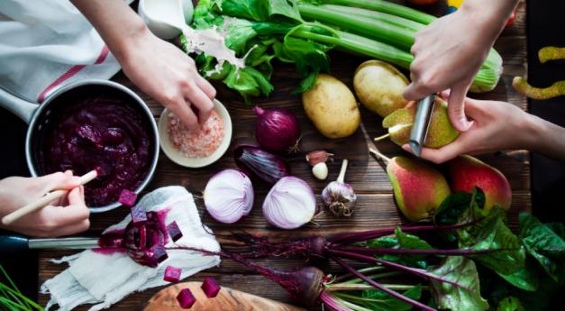 image d'une table avec des légumes cuisinés