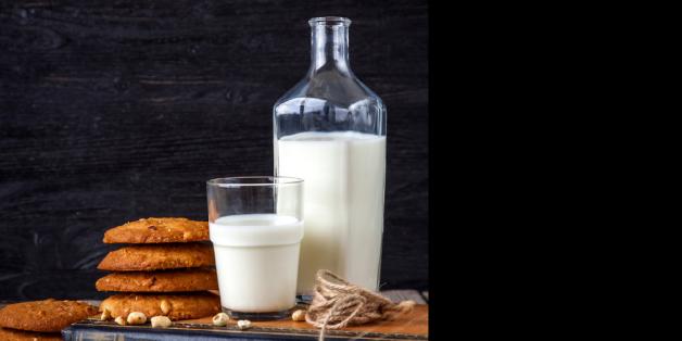bouteille de lait avec douceurs à croquer
